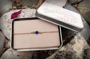 Bracelet et sa boîte métal
